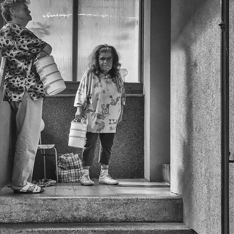 Před školní kuchyní, paní zvaná Čertice, Jáchymov