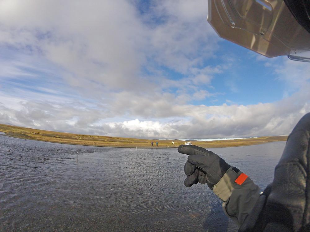 Voyage à moto en Islande par Raid2roues. Laki, traversée de rivière à moto