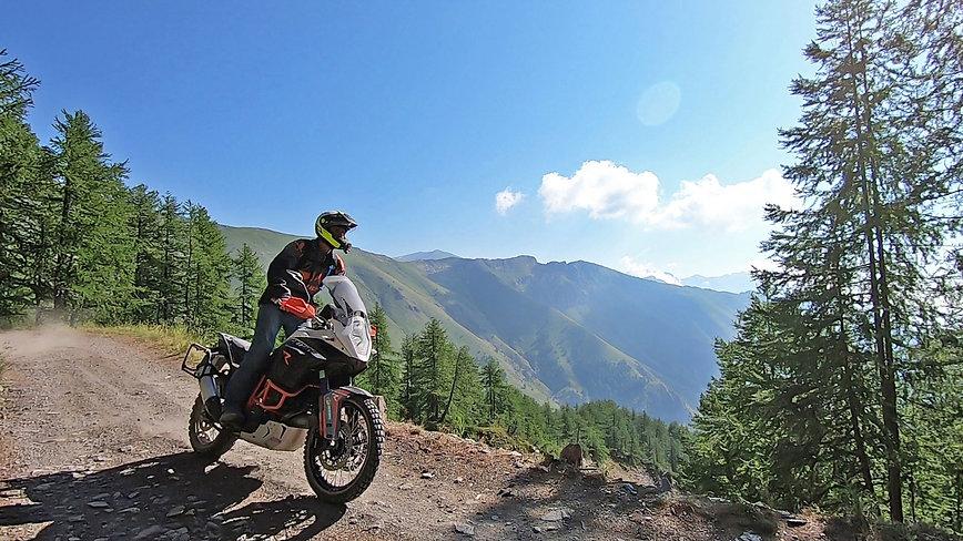 raid2roues, la route du sel à moto, la route des forts, la piste de l'amitiée, voyage à moto, paysage,