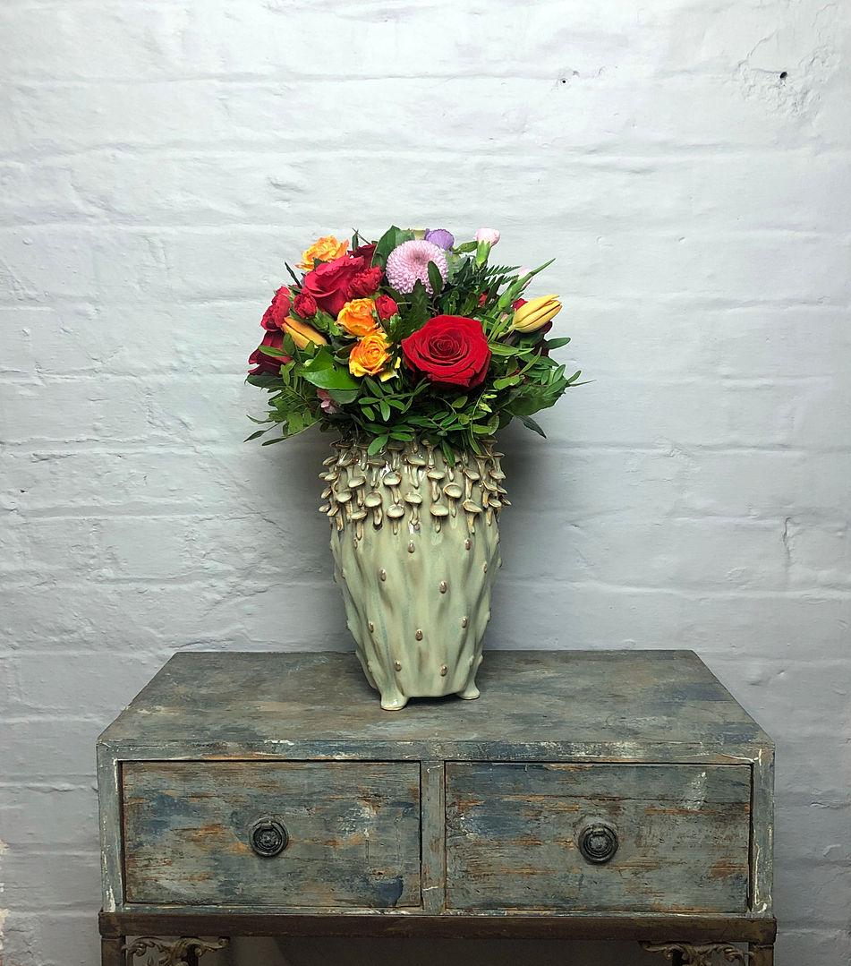 Mushroom vase med butter milk flowers di