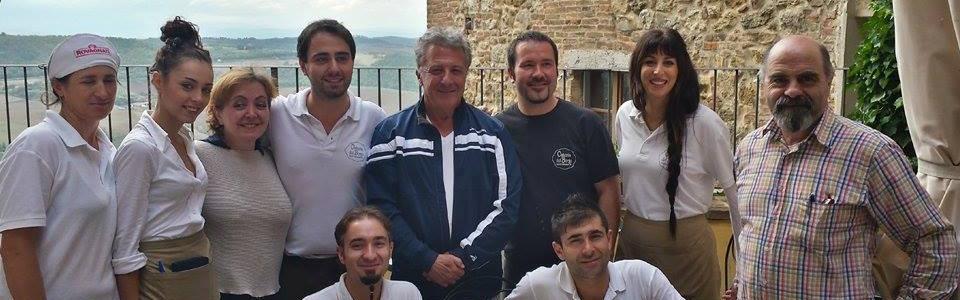 Dustin Hoffman in una delle numerose volte all'Osteria del Borgo