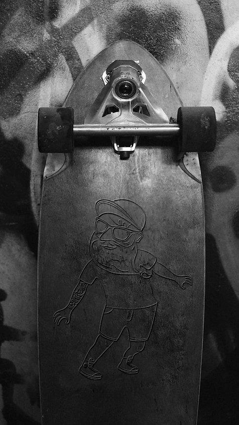 תמונת רקע של סקייטבורד עומד ועליו הדמות סקייטר שמזוהה עם המיתוג של סינטה בר אקספרס