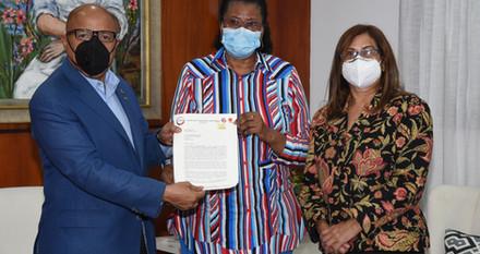 Presidente Pacheco recibe documento de entidades femenina de la CNUS apoyan tres causales