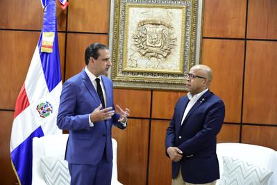 Alfredo Pacheco recibe a Servio Tulio Castaños Guzmán, quien reconoce el intenso trabajo de la CD