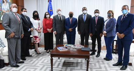 Pacheco recibe visita de ejecutivos Cámara Minera Petrolera de la República Dominicana