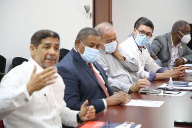Ministro Agricultura trata contrato préstamo con miembros Comisión Hacienda CD