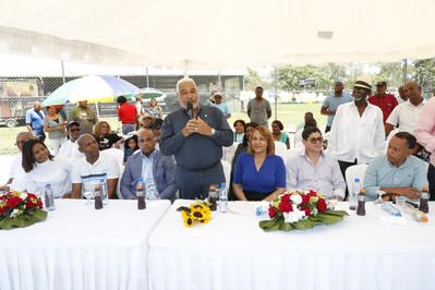 Dedican torneo de softball al Presidente de la Cámara de Diputados, Radhamés Camacho; le entregan pl
