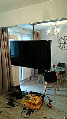S7 Handyman hanging TV