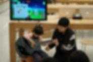 廣東流行歌手兼結他手林二汶向一位小朋友展示如何用《怪物和弦》學習彈奏結他