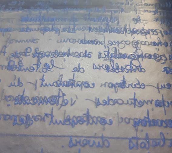 Une feuille de papier carbone bleu