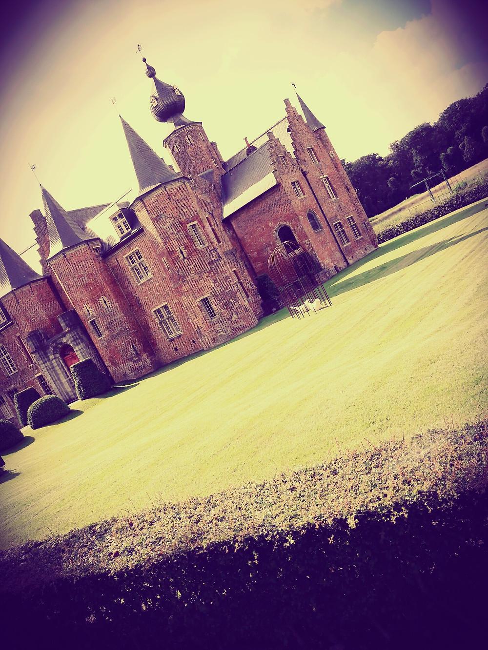 Le château de Rumbeke, avec ses briques rouges et ses toits en forme de bulbes