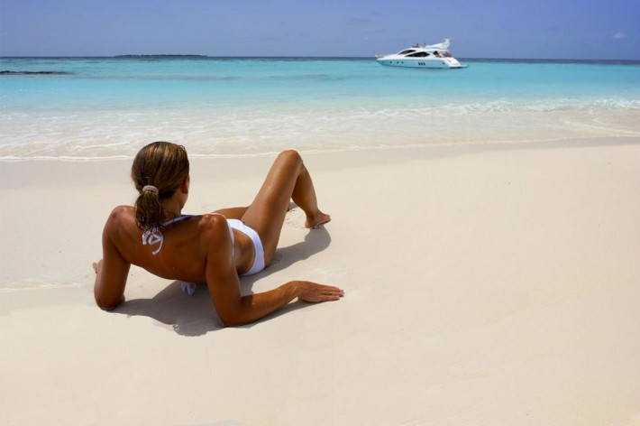 yacht-girl-sandy-beach-08-710x472