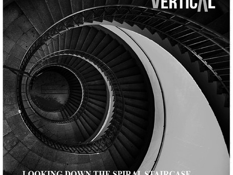 Vertical: Looking Down The Spiral Staircase (Reseña)
