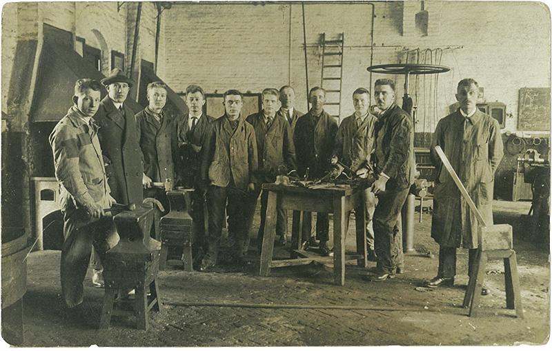 4pleiding hoefsmid , Theet Versteegen 3e van links. -Utrecht 1927