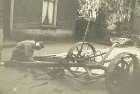 Theet Versteegen aan het werk voor de smederij - jaren '60 Oud-Zevenaar