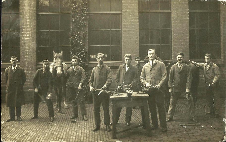 Opleiding hoefsmid te Utrecht 1927, Theet Versteegen 3e van links