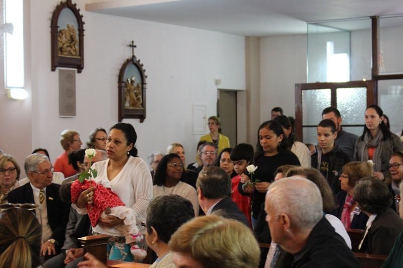 Familiares e pacientes acolhidos na Casa de Apoio ofereceram rosas à Nossa Senhora Aparecida. Foto: Amanda Fetzner Efrom