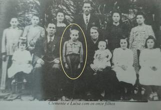 No destaque entre o pai e a mãe e os outros 10 irmãos