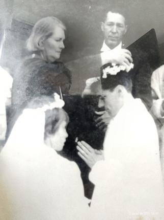 Ordenação presbiteral: dona Luísa, mãe do ordenando, coroando-o com flores.