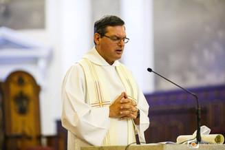 Pe. Rogério presidindo a celebração na Catedral
