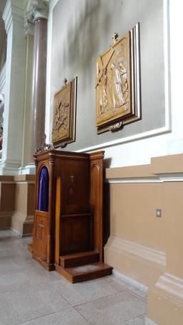 Confessionário e via-sacra em madeira