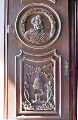 Porta com a imagem de São Pedro, primeiro papa