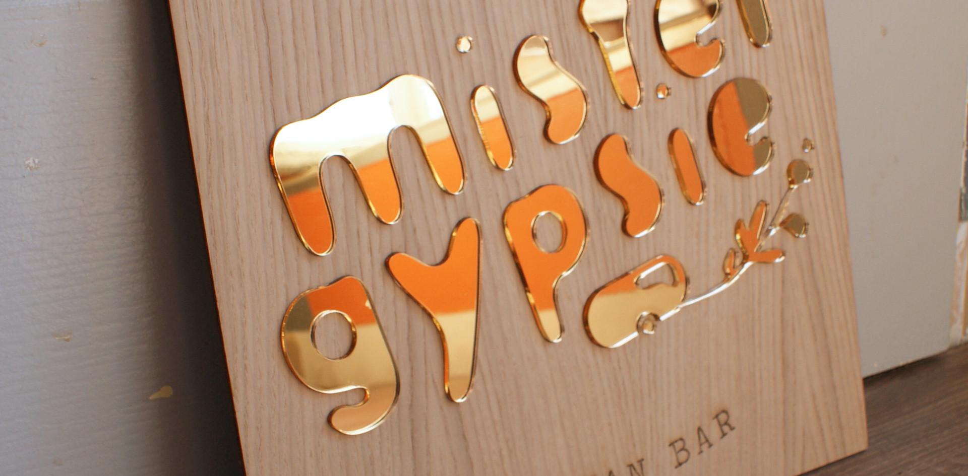 Panneau signaletique bois et plexiglas doré