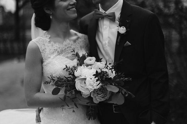 Nadine & Dean haben im Assapheum in Bielefeld geheirtet. Die beiden hatten viele Kupfer-Dekoelemente in ihrer Tischdeko und frische Farben wie aproct, rosa und weiß in den Blumen.