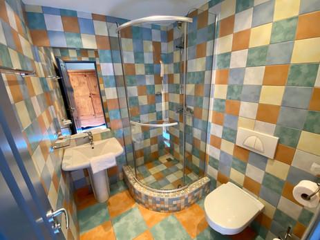 moderně vybavená koupelna