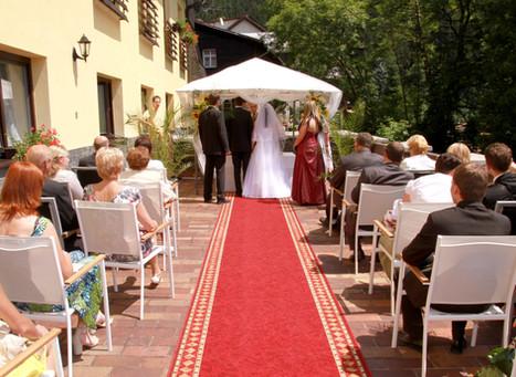 Svatební obřad na terase hotelu Ondráš