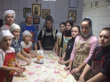 Подготовка Боголюбского храма к благотворительной ярмарке.