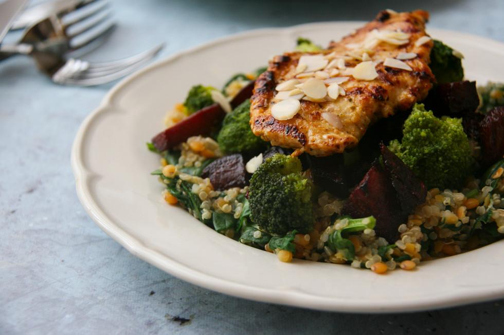 Zöldséges quinoa mandulás csirkével
