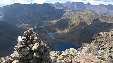 Vista de la cima del tristaina con un guia de montaña
