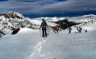 Subiendo en esqui de travesia por colells andorra