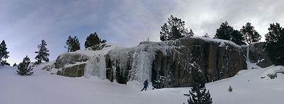 un skieur de randonnée faisant sa première sortie de ski de randonnée avec un guide