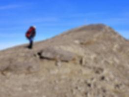 Un alpinista subiendo al Balaitus con un guia de montaña