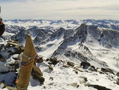 Cima del pico de la serrera en andorra con un guia de montaña