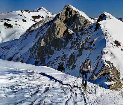 LLegando a la cima del casamanya en Andorra con esquis de montaña y un guia