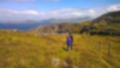 trekking por irlanda con niños i un guia de montaña