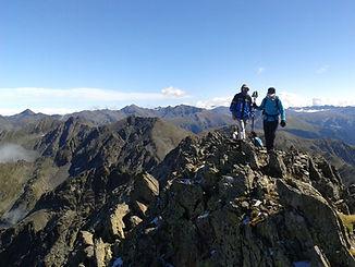 Deux alpinistes atteignent le sommet de la Medacorba avec leur guide de montagne