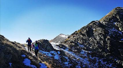 dos montañeros subiendo al pico de la menera con un guia de montaña en Andorra