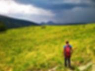 un alpiniste marchant dans la vallée des incles en Andorre avec un guide de montagne
