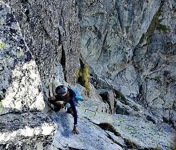 alpiniste escaladant la via ferrata del bony d'envalira avec un guide de montagne