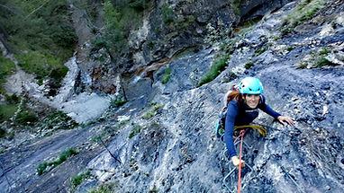 una clienta escalando la via ferrata de iniciacion de segudet en Andorra con un guia de montaña