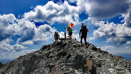 Trois alpinistes atteignent le sommet du Coma Pedrosa avec un guide de montagne