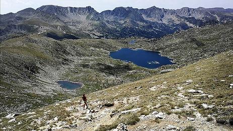 Caminando con un guia de montaña por los lagos de l´illa en andorra