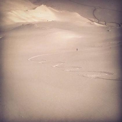 Traças por la nieve virgen en medio de una pala solitaria con un guia de montaña