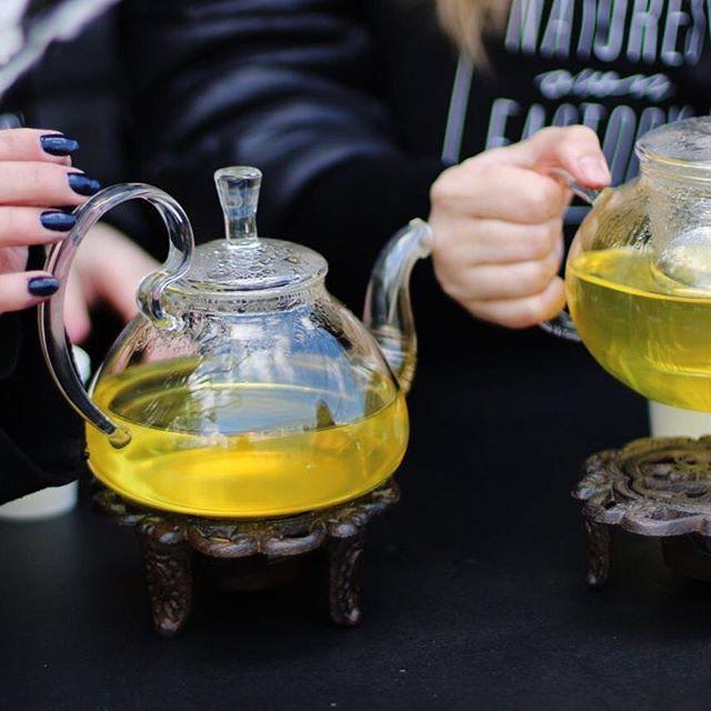 женские руки, гречишный чай, овсяное печенье
