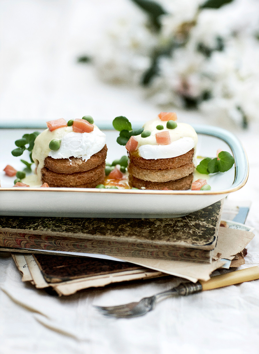 Originalt dansk landkøkken 1900 Til bords - frokost med pocherede æg og hollandaise
