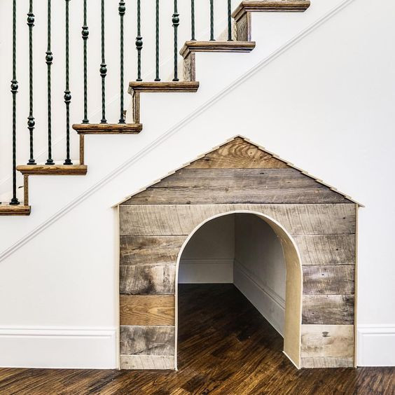 aménagement niche en bois sous escalier